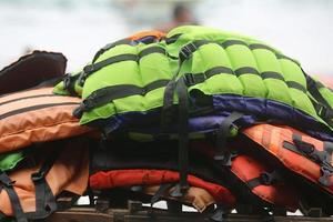 giubbotto di salvataggio sulla spiaggia foto