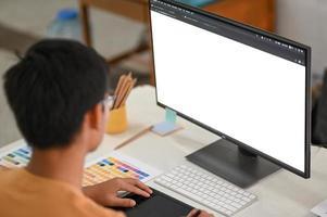il libero professionista grafico sta lavorando con la lavagna digitale e il computer mockup. foto