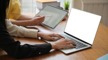 gli insegnanti stanno preparando laptop per il lavoro di insegnamento online per gli studenti a casa. foto