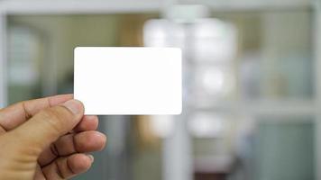 primo piano colpo di mano che mostra biglietto da visita. foto
