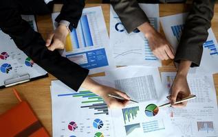 consulente aziendale che analizza i dati dei grafici nel lavoro dell'ufficio. foto