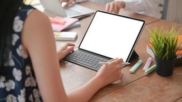 foto ritagliata di studentesse che usano il laptop per studiare l'estate online a casa.