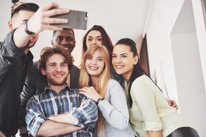 selfie di giovani adolescenti sorridenti che si divertono insieme. migliori amici che prendono selfie all'aperto con retroilluminazione. concetto di amicizia felice con i giovani che si divertono insieme foto