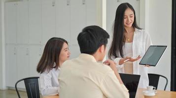 il nuovo team aziendale con tablet sta pianificando il lavoro futuro in uffici contemporanei. foto