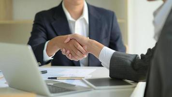 gli uomini d'affari si stringono la mano per lavorare. foto