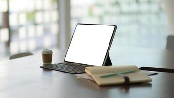 posto di lavoro con laptop, forniture per ufficio e caffè. foto