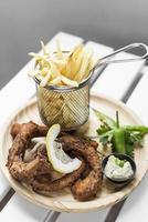tentacoli di polpo fritti e patatine fritte snack tapas in spagna foto