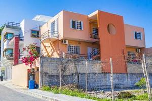tipico edificio arancione a playa del carmen, messico foto