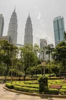 Parco Klcc e torri gemelle Petronas a Kuala Lumpur, Malesia. foto