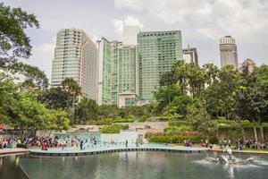 kuala lumpur, malaysia - parco klcc con lago simfoni foto