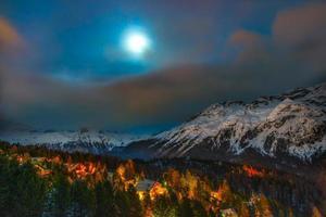 notte del villaggio alpino foto