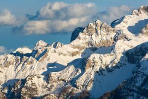 montagne rocciose e neve foto