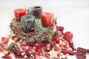 corona di natale con candele verdi e rosse foto