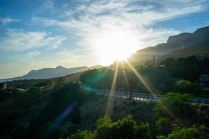 paesaggio con i raggi del sole sulla strada foto