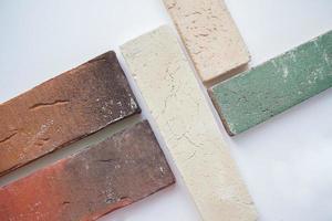 campioni di blocchi di mattoni su sfondo bianco foto