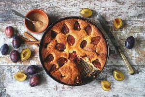 fetta di torta di prugne su una forchetta. torta americana di prugne fatta in casa. foto