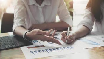 dirigenti e contabili tengono i bilanci della società e li discutono insieme, i contabili discutono le riunioni di finanza aziendale con il management. concetto finanziario. foto