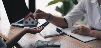 modello di casa con agente e cliente che discutono per l'acquisto di un contratto, l'assicurazione o il prestito di immobili o proprietà. foto