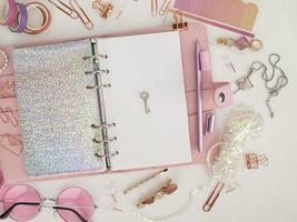 chiave d'argento sulla pagina bianca dell'agenda. foto di decorazione pianificatore glamour rosa