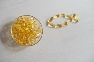 pillole di olio di pesce. capsule di gel omega-3. integratore alimentare ottenuto dal fegato di merluzzo. concetto di assistenza sanitaria e medica. foto