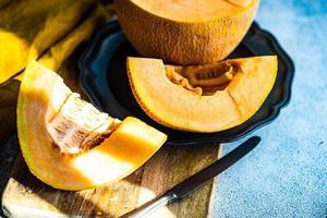 fette di melone maturo in una ciotola foto