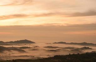 bellissimo paesaggio alba natura sfondo montagne e cielo color oro foto