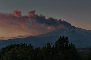 potente eruzione del monte etna in sicilia, italia foto