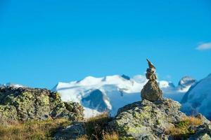segno della retta via in alta montagna foto