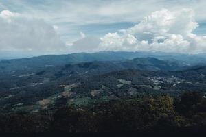 montagne e alberi verdi durante il giorno foto