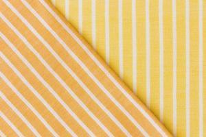sfondo di vestiti in tessuto giallo arancione foto