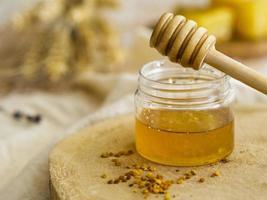 vista frontale del barattolo di miele fatto in casa foto