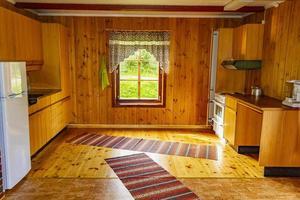 decorazione d'interni vacanza cottage. cucina tipica in legno in norvegia foto