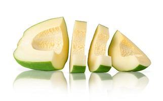 papaia verde isolata con il percorso di residuo della potatura meccanica su fondo bianco. concetto di cibo vegetariano. foto