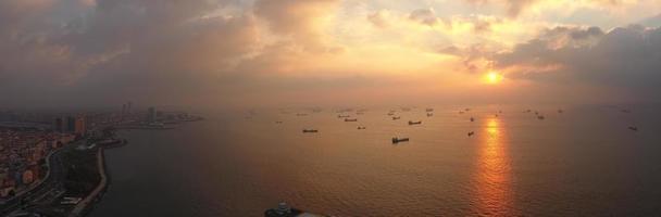 tramonto sul mare nave in attesa foto