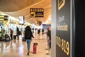 aeroporto all'interno del terminal e banco check-in foto