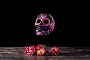 tipico diadema messicano con teschio e fiori foto