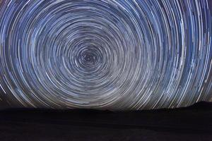 esposizione notturna tracce stellari del cielo foto