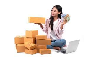 donna che lavora vendere online foto