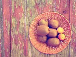 frutta su fondo in legno foto