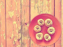 biscotti su fondo in legno foto