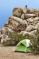 camper arrampicata su roccia nel parco nazionale di Joshua Tree foto