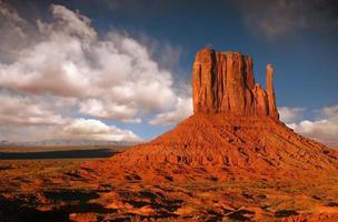 Butte nella valle del monumento, nazione navajo, arizona foto