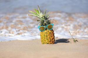 esilarante ananas con personalità nell'oceano a maui foto