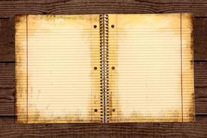 carta scolastica a righe sporche in un raccoglitore foto