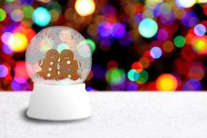 globo di neve con coppia di omini di pan di zenzero foto