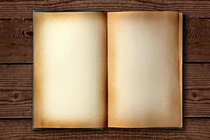 vecchio libro di lavoro macchiato aperto su sfondo in disordine foto