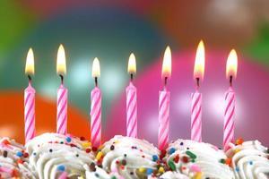 festa con palloncini candele e torta foto