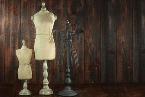 busti di manichini antichi su sfondo di legno grunge foto