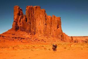 equitazione come ricreazione nella valle del monumento in arizona foto