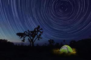 campeggio di notte nel parco di joshua tree foto